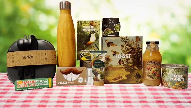 Picknick pakket met bamboe waterfles en tarwestro broodtrommel
